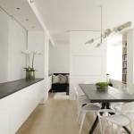 interni in bianco - vista di una zona pranzo, il colore delle pareti è il bianco, il pavimento in parquet e l'arredo in legno danno calore all'ambiente