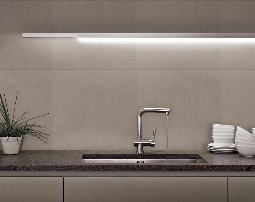 Il paraschizzi o schienale della cucina architetto - Resina in cucina al posto delle piastrelle ...